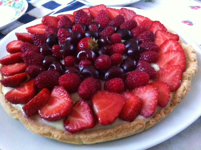 Crostata frutta con fragole, lamponi e ciliegie
