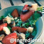 Insalata con fragole e crostini integrali